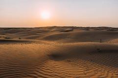 在沙子的人的脚印在沙漠 库存照片