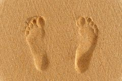 在沙子的人脚印刷品 图库摄影