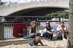在沙子的儿童游戏在南银行,伦敦的海滩;一部分的英国周年庆祝节日  库存照片