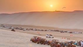 在沙子的儿童车离开在日落timelapse 股票视频