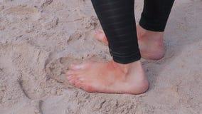 在沙子的光秃的妇女的脚在海滩 股票录像