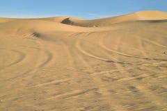 在沙子的公路车辆轨道在皇家沙丘,加利福尼亚,美国 库存照片