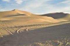 在沙子的公路车辆轨道在皇家沙丘,加利福尼亚,美国 免版税库存照片