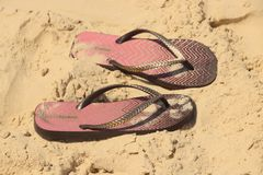 在沙子的凉鞋 库存图片