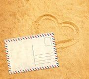 在沙子的减速火箭的明信片 免版税库存照片