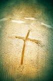 在沙子的十字架 免版税库存图片