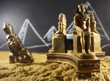 在沙子的古老小雕象 免版税图库摄影