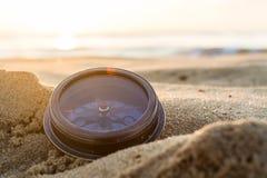 在沙子的古老指南针在海滩日出 免版税库存图片