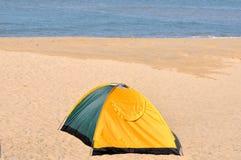 在沙子的唯一帐篷 库存图片