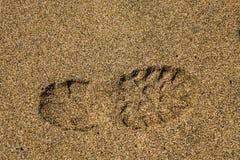 在沙子的唯一正确的鞋子印刷品 图库摄影