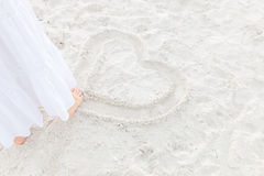 在沙子的图画心脏 免版税库存照片