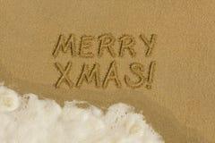 在沙子的圣诞快乐消息 免版税图库摄影
