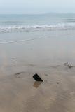 在沙子的坏iphone 库存照片
