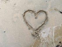 在沙子的大心脏在海滩 免版税图库摄影