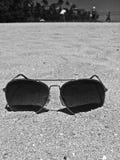 在沙子的太阳镜 免版税库存照片