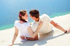 在沙子的夫妇 免版税图库摄影