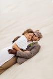在沙子的夫妇 库存图片