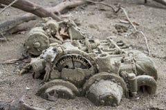 在沙子的失去的舱内小船马达 库存照片