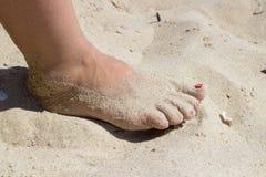 在沙子的女性脚 免版税库存照片