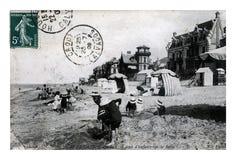 在沙子的孩子靠岸,乌尔加特卡尔瓦多斯,法国,大约1909年, 库存照片