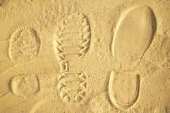 在沙子的家庭人的脚印 库存照片