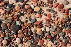 在沙子的小卵石 库存图片