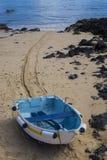 在沙子的小船在老镇港口港口Corralejo Fuerte 库存图片