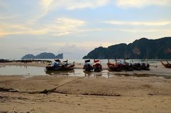 在沙子的小船处于低潮中 免版税库存照片
