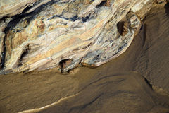 在沙子的岩层在水晶小海湾海滩 南加州 免版税图库摄影