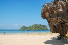在沙子的岩石 库存照片