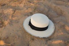 在沙子的帽子 背景剪报帽子查出的路径秸杆白色 沙子 夏天 免版税库存图片