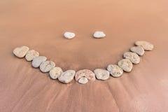 在沙子的微笑 免版税库存照片