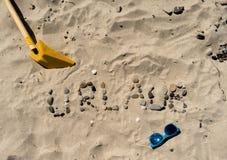 在沙子的德国书写Urlaub 免版税库存图片