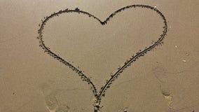 在沙子的心脏图画 免版税库存图片