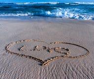 在沙子的心脏在海滩 免版税库存照片