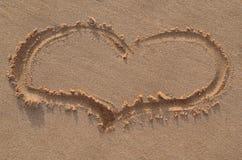在沙子的心脏形状 库存图片