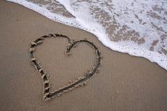 在沙子的心脏-爱海滩 库存图片