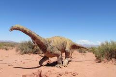 在沙子的恐龙模型 免版税库存图片