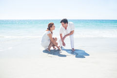 在沙子的愉快的夫妇图画心脏形状 库存图片