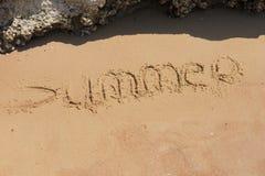 在沙子的手工制造文本在一个海滩题字夏天 库存照片