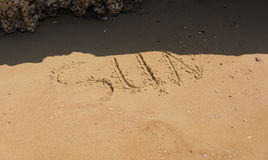 在沙子的手工制造文本在海滩题字太阳 图库摄影