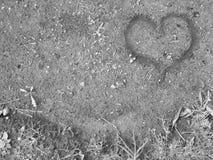 在沙子的手指被画的心脏 库存图片
