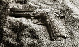在沙子的手枪 库存照片