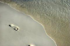 在沙子的抽象脚印 库存照片