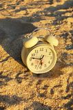 在沙子的时钟 免版税库存图片