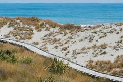 在沙子的木道路走道在海滩地平线 图库摄影