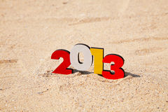 在沙子的木2013年编号 库存照片