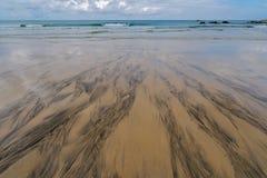 在沙子的样式在康沃尔海岸线 免版税库存图片