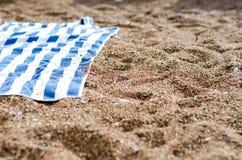 在沙子的毛巾 免版税图库摄影