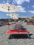 在沙子的沙滩伞 免版税库存图片